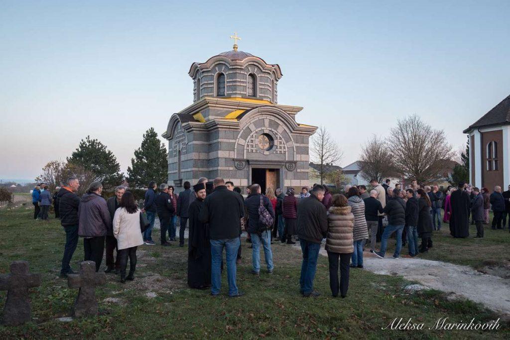 постављање крста на спомен капелу
