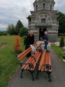 postavljanje klupa oko spomen kapele